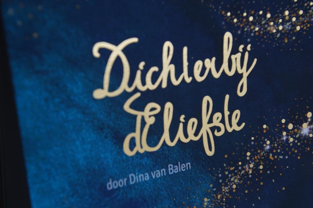 De voorkant van de gedichtenbundel, met het 'sterrenstof'. Foto: Frank Vinkenvleugel  © Achterhoek Nieuws b.v.