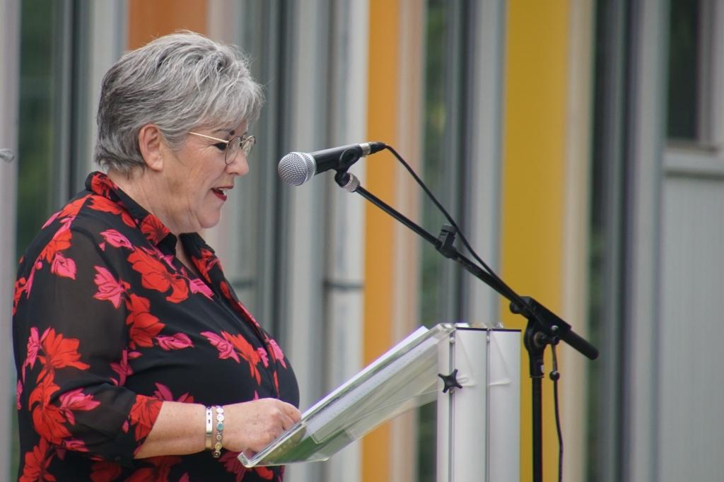 Resie Overgoor-Rexwinkel in haar toespraak voor de geslaagden. Foto: Frank Vinkenvleugel  © Achterhoek Nieuws b.v.