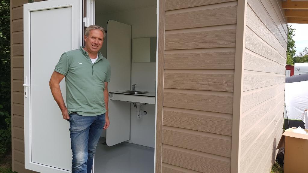 Jan van der Heide voor een privé-sanitairunit. Foto: Han van de Laar  © Achterhoek Nieuws b.v.