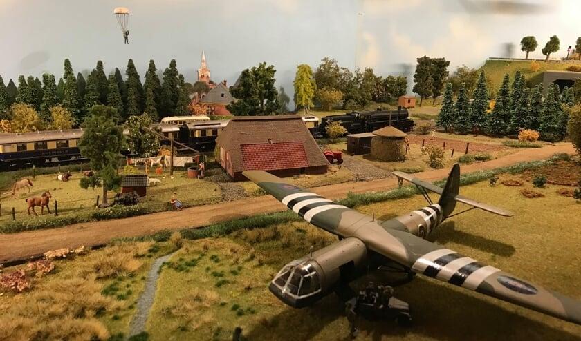 Gerrit Hulshof heeft onder meer aan de Hollandse baan, die gebaseerd op op 75 jaar bevrijding, een Dakota vliegtuig met daar achter een Horsa zweefvliegtuig en een horsazwever, die geland is op de heide, toegevoegd.Foto: PR.