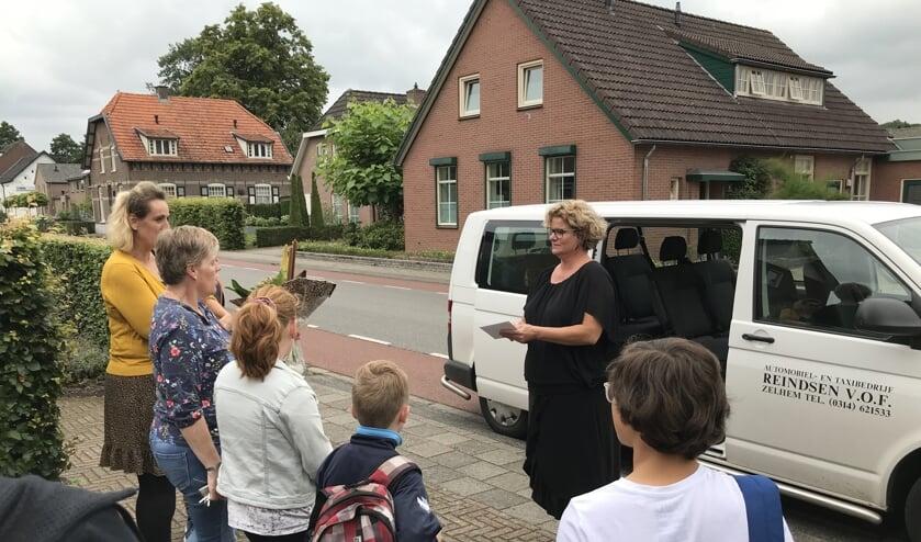 Met weemoed, bloemen, bon en een lokaal drankje namen dankbare ouders afscheid van Sylvia Reindsen. Foto: PR