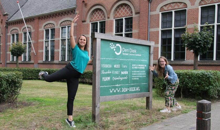 Lidy Hungerink (links) en Amber Hofstede starten vanaf september met dans- en theaterlessen bij Den Diek. Foto: Annekée Cuppers
