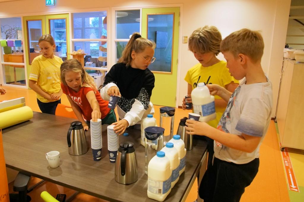 Zelf aan de slag bij het ontbijt.  Foto: Frank Vinkenvleugel  © Achterhoek Nieuws b.v.
