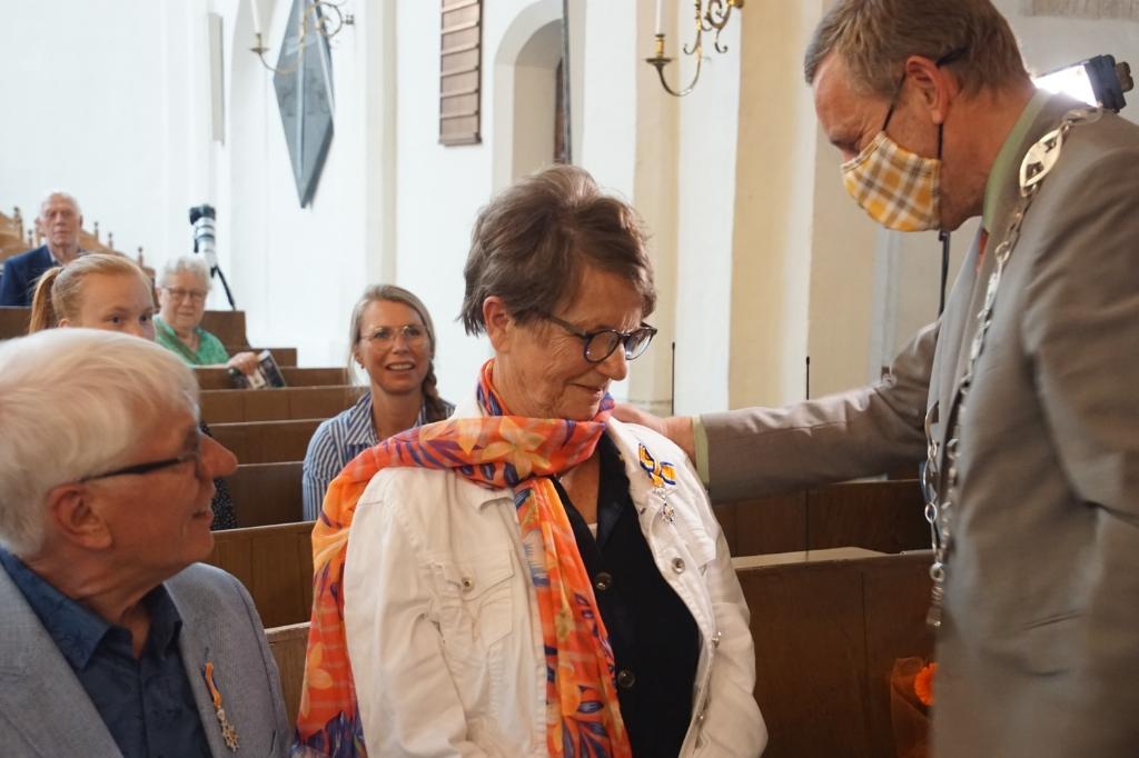 Ook Gerda ter Maat heeft de versierselen opgespeld gekregen. Foto: Frank Vinkenvleugel  © Achterhoek Nieuws b.v.