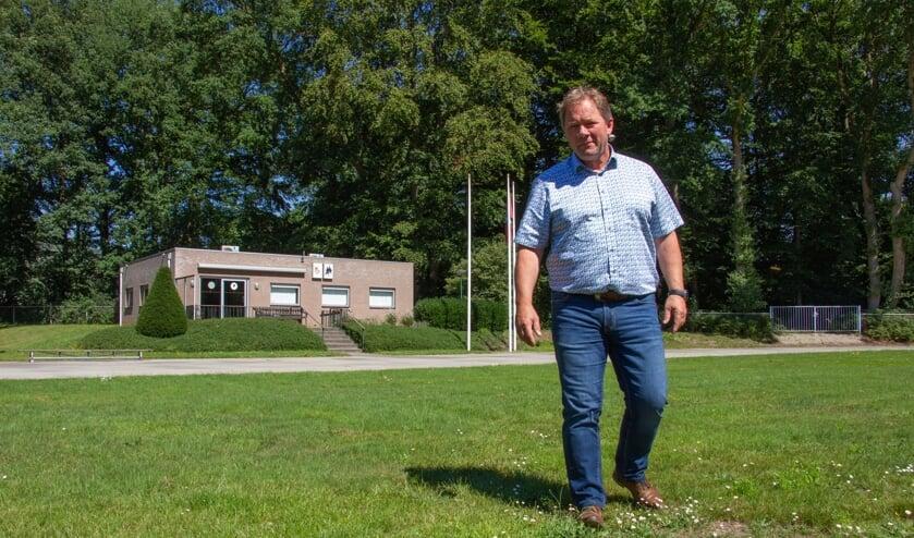 Peter van Drunen bij het verenigingsgebouw PSVR in Oosterbeek, waar dit jaar geen Airborne Wandeltocht start. Foto: Liesbeth Spaansen