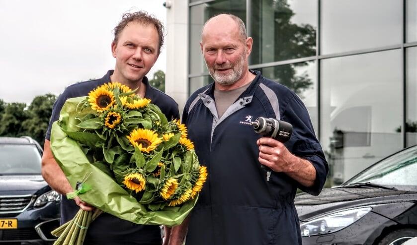 Niels de Greef en Fons Wiegerinck werken beiden al 25 jaar voor het Hengelose autobedrijf Ridderhof. Foto: Luuk Stam
