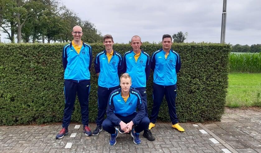 het eerste team van KV Zwolle, staand van links naar rechts: Niek Smeenk, Tim te Bogt, André Rooks en Ramon Halleriet. Zittend voor Jurgen te Brake. Arno te Brake was verhinderd op het fotomoment en ontbreekt daarom deze foto. Foto: PR