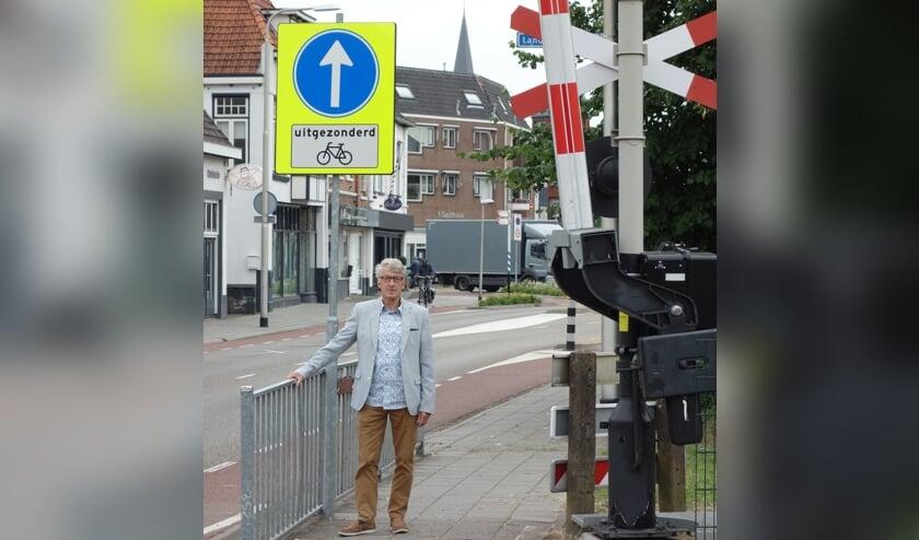 Cor Verhaaff bij het bord dat duidelijk aangeeft dat autoverkeer rechtdoor moet. Foto: Clemens Bielen