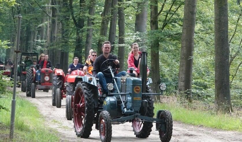 Zo'n 45 deelnemers met een variatie aan oude trekkers nam deel aan de eerste AA toertocht. Foto: Achterhoekfoto.nl/Gradus Derksen