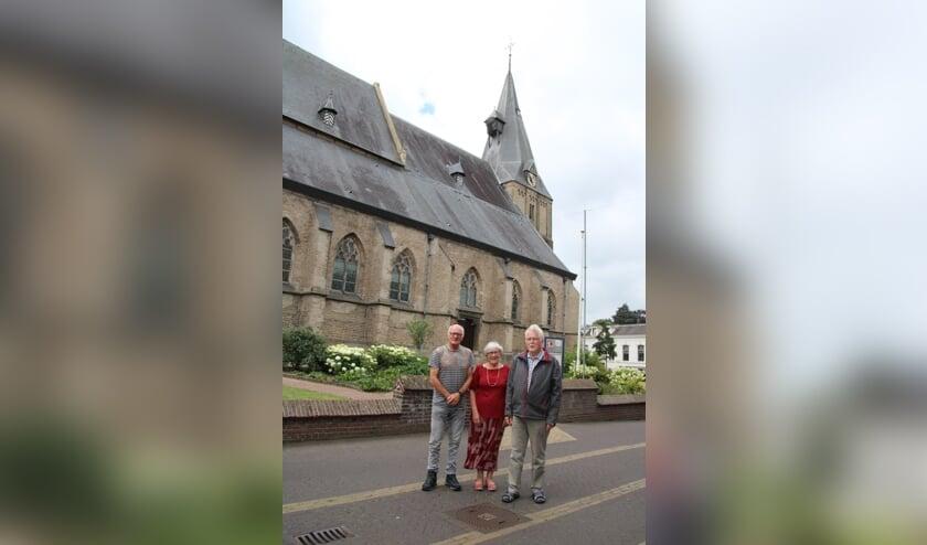 Joop Lubbers, Tia van der Schoot en Harm Veldhuis bij de Oude Helenakerk. Foto: Lydia ter Welle