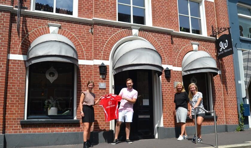 Van links af Bernadet Navis, sponsor Kevin Wevers, Wendie vaags en Jennifer Wevers. Foto: Karin Stronks