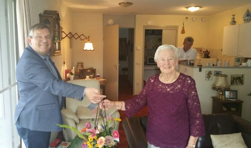 Doortje Rave ontvangt bloemen uit handen van wethouder Joop Wikkerink. Foto: Bart Kraan