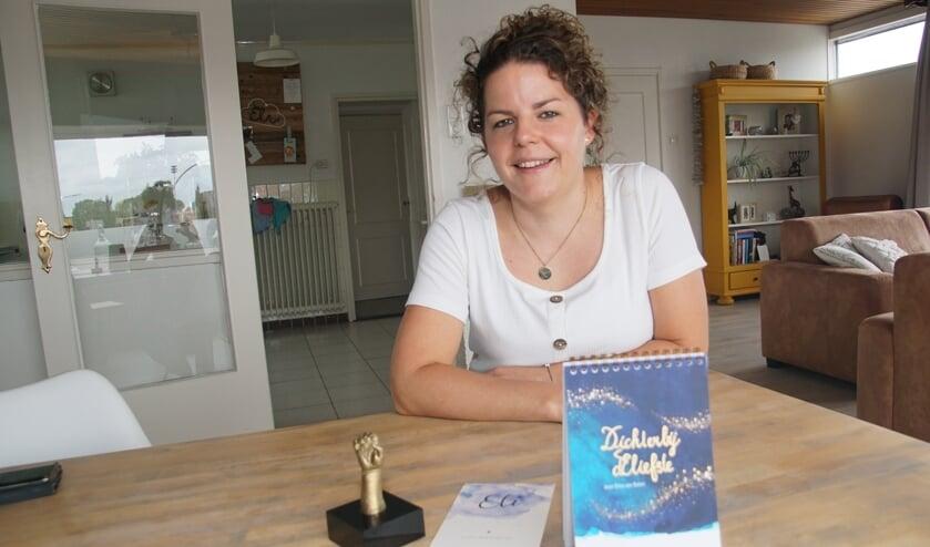 Dina van Balen met haar gedichtenbundel. Foto: Frank Vinkenvleugel