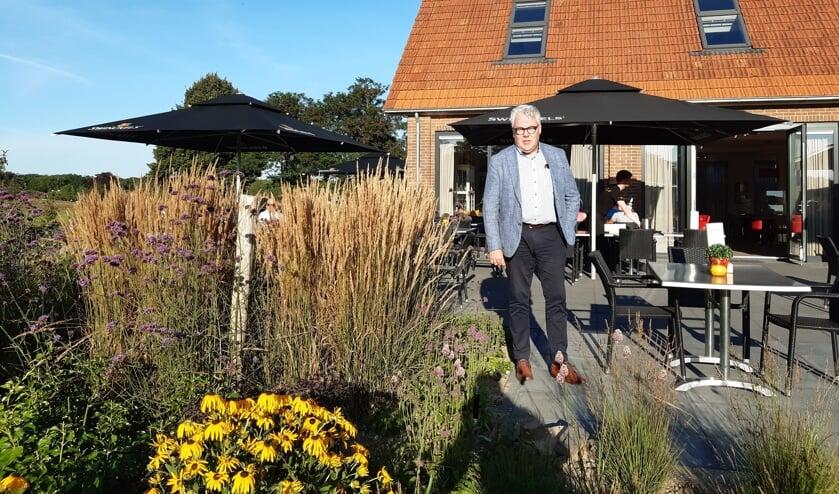 """Michaël Hazersloot op het terras van De Keppelaer: """"Het zou mooi zijn als Brasserie De Keppelaer een ontmoetingsplek wordt voor dorpsgenoten."""" Foto: Ceciel Bremer"""