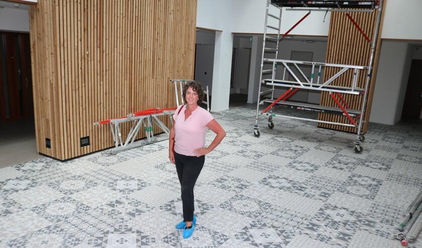 Corine Noordhoek, locatiemanager bij Pro Sectute, in het Atrium van Tusselerhof. Foto: Arjen Dieperink