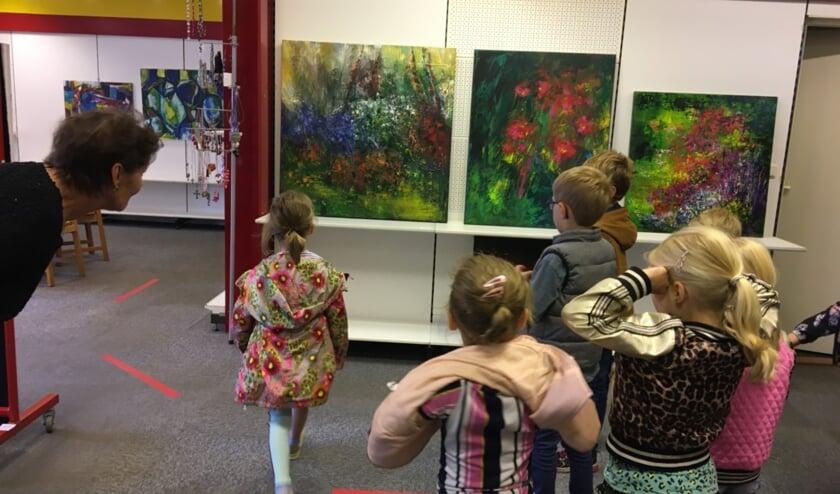 Kleuters van de Piersonschool kijken kunst in de pop-up-galerie in de Spalstraat. Foto: PR