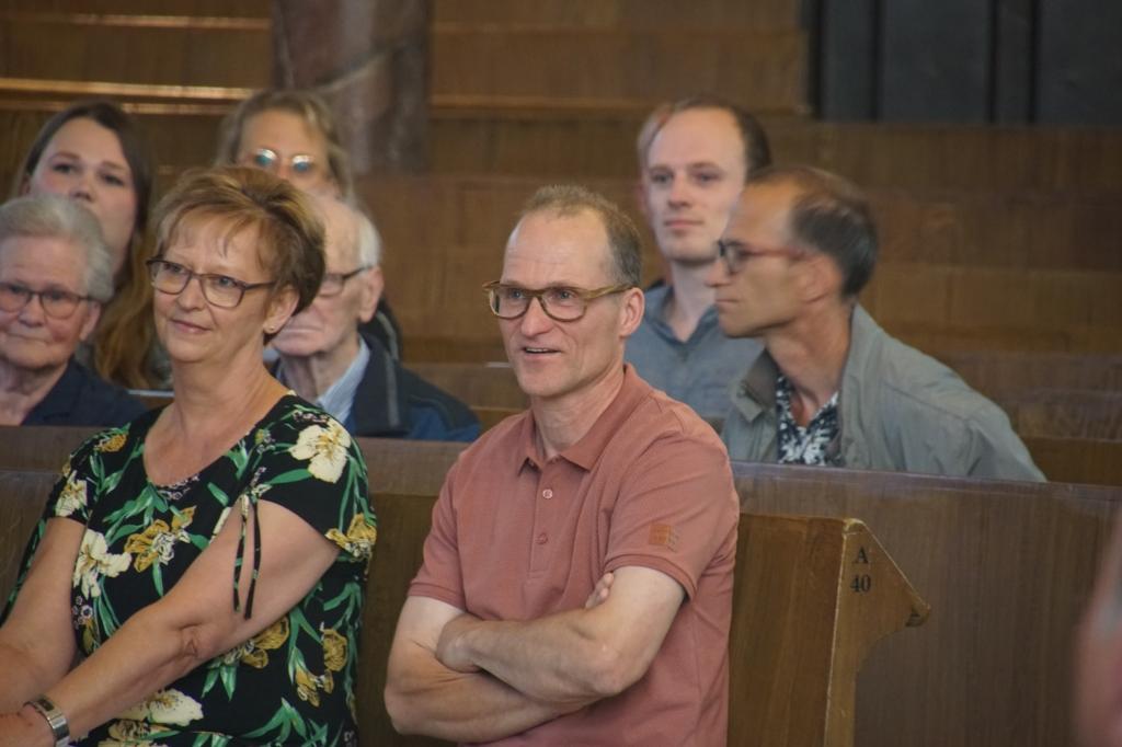Bert Klijn Hesselink, met achter hem zijn broer Wim en zijn ouders. Foto: Frank Vinkenvleugel  © Achterhoek Nieuws b.v.