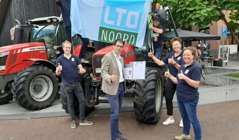Overhandiging handtekengen aan burgemeester Joost van Oostrum van de gemeente Berkelland. Foto: PR