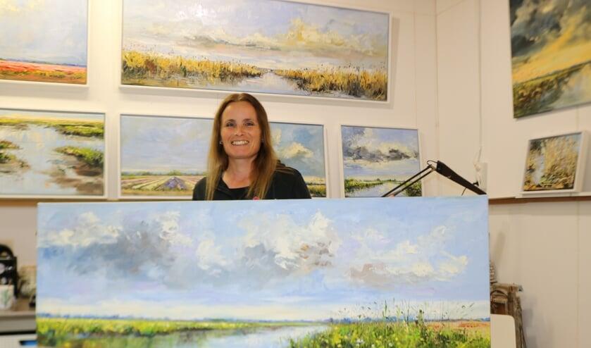 Sonja Brussen in haar atelier, omringd door haar vele werk. Foto: Arjen Dieperink