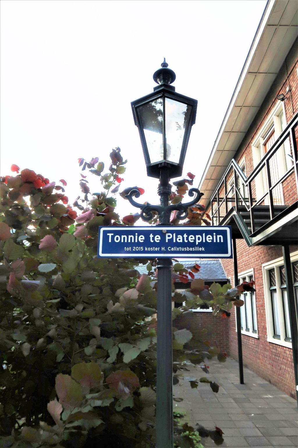 Het naambordje in de pastorietuin van de RK Calixtusbasiliek als gevolg van het 50-jarig dienstverband van Tonnie te Plate. Foto: Theo Huijskes  © Achterhoek Nieuws b.v.
