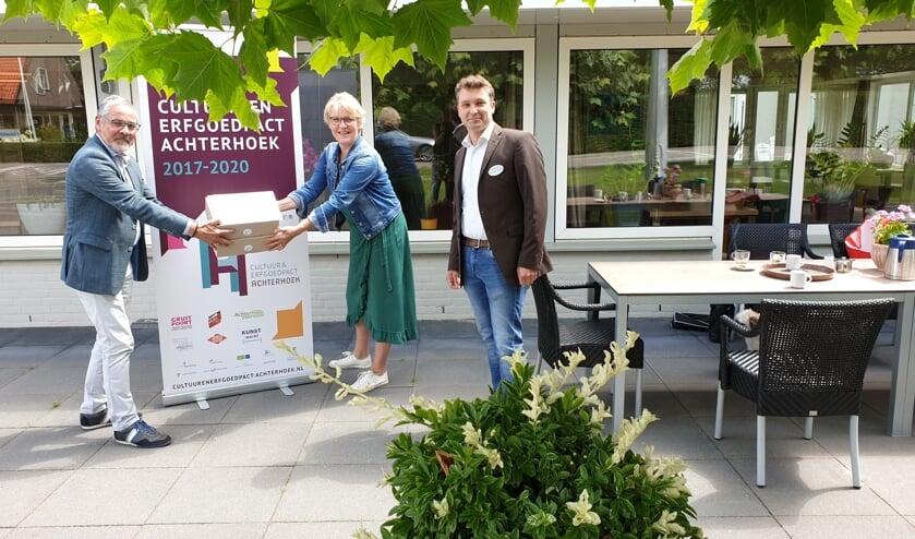 Overhandiging Beeldende Box door Wethouder Blaauw (Bronckhorst) aan Josien Sloetjes en Henk Steven Beernink (Markenheem). Foto: PR