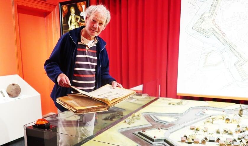 Ben Bonenkamp in het Stadsmuseum Groenlo. Foto: Theo Huijskes
