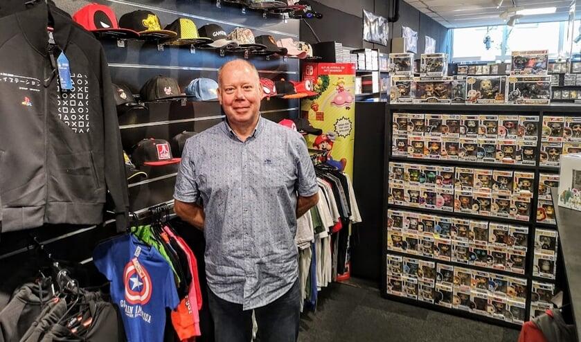 Han Denkers bij de afdeling in de winkel met merchandise die tegenwoordig bij veel games verschijnt. Foto: Henri Bruntink