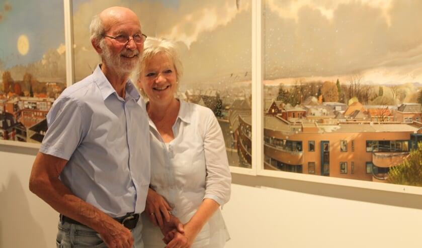 Ankie en Louis Nijhuis voor het panorama van Winterswijk, dat uit zes delen bestaat. Foto: Lineke Voltman
