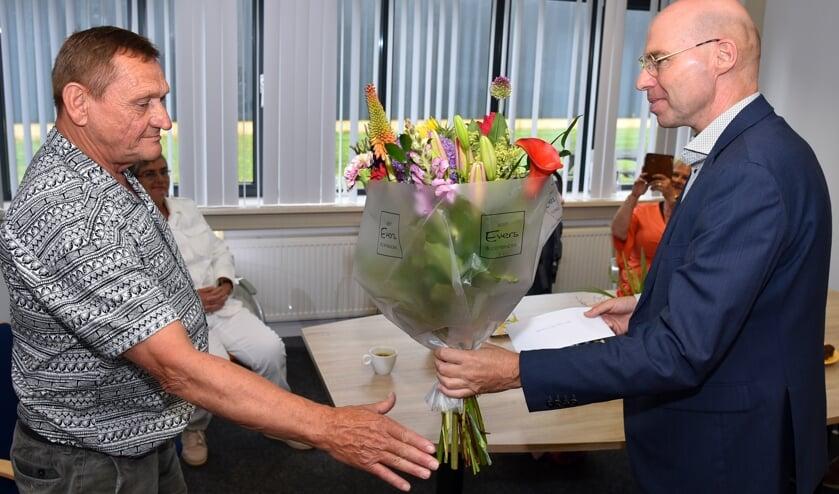 Hendrik-Jan Teeuwsen krijgt bloemen van Jan-Henk Janssen. Foto: Arno Wolsink