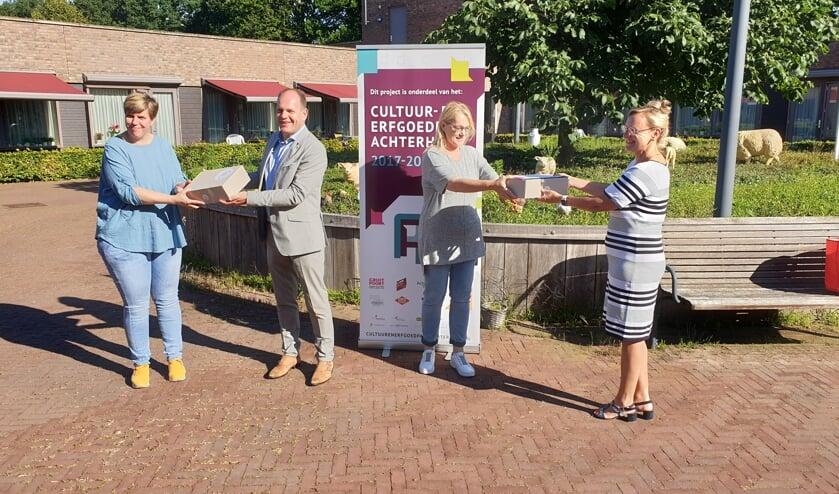 Wethouders Boone en Van Veldhuizen (Doesburg) overhandigden elk een Beeldende Box aan Joke van Lith en Jolande Feenstra (Attent). Foto: PR