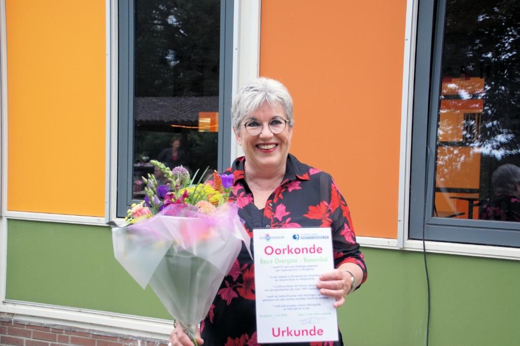 Resie Overgoor-Rexwinkel met een oorkonde en bloemen. Foto: Frank Vinkenvleugel  © Achterhoek Nieuws b.v.