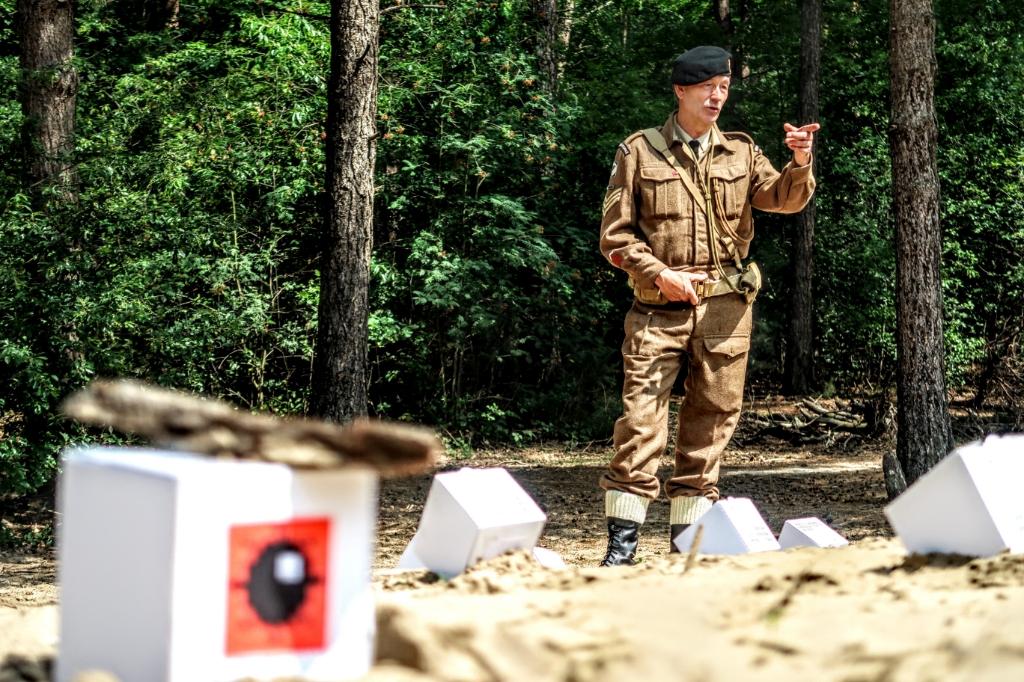 Gerrit Bruggink – gekleed in het uniform van het Britse Royal Corps of Signals – legt uit waar volgens hem de bommen zijn verstopt. Foto: Luuk Stam  © Achterhoek Nieuws b.v.