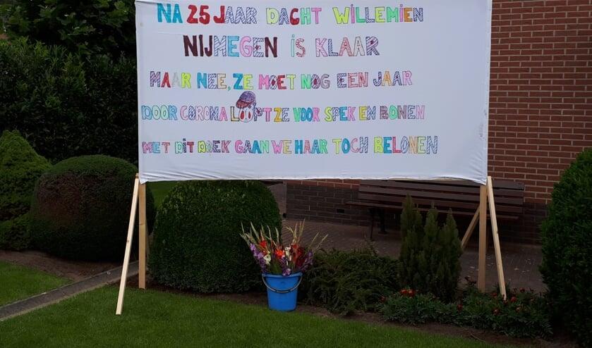 Het spandoek - mét gladiolen - dat buren plaatsten als hulde voor hun buurvrouw Willemien. Foto: PR