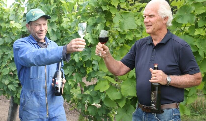 Gerhard Ensing (links) en Henk Marmelstein toosten op de toekenning Beschermde OorsprongsBenaming (BOB). Foto: Lineke Voltman