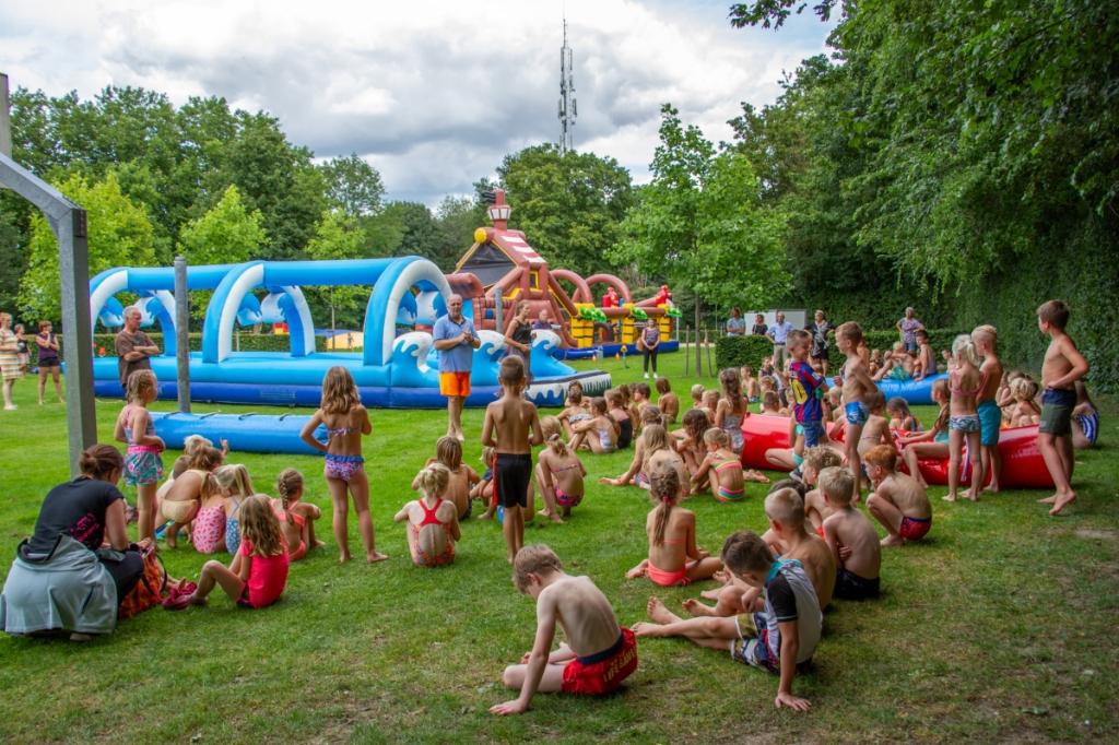 Wel 90 kinderen genoten van de de buikschuifbaan en meer sport en spel op het terrein van het zwembad in Steenderen. Foto: Achterhoekfoto.nl/Liesbeth Spaansen  © Achterhoek Nieuws b.v.