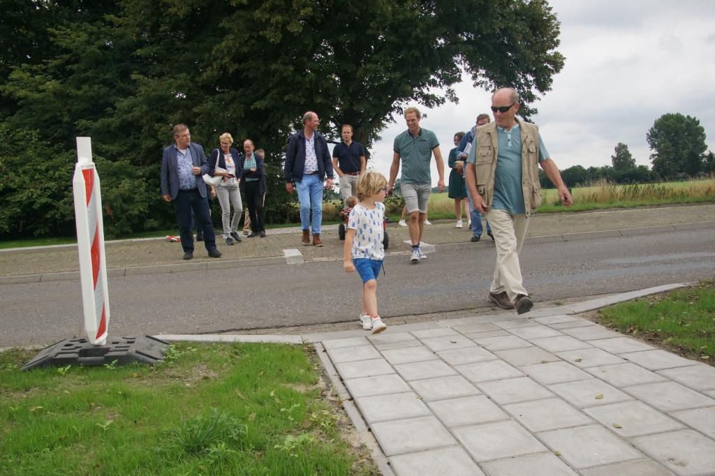 Samen oversteken naar het begin van het voetpad, via de veilige ruimte op de middenberm. Foto: Frank Vinkenvleugel  © Achterhoek Nieuws b.v.
