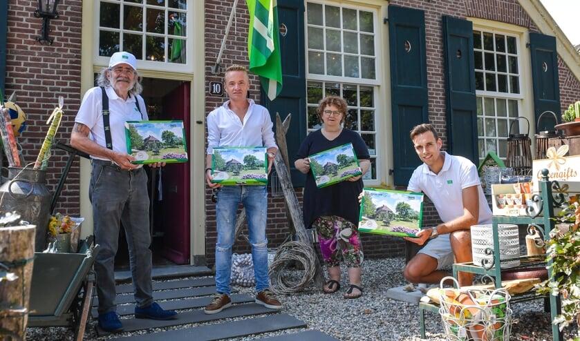 Bennie Jolink, Alco Wenneker (bewoner landhuis), Martine Rexwinkel (Huys1810) en Dion Teloh (Trots op de Achterhoek) (v.l.n.r.) met de Achterhoekse legpuzzel. Foto: PR