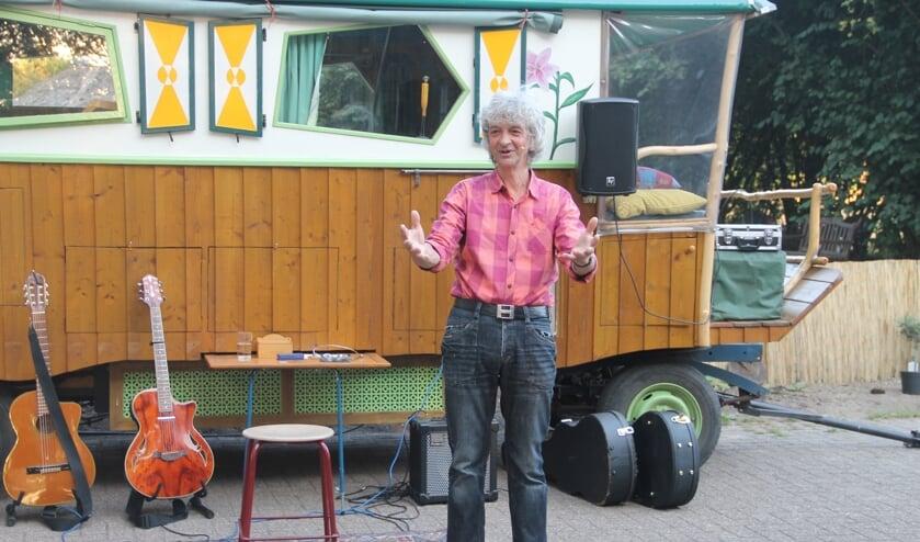 Troubadour Gery Groot Zwaaftink vertelt verhalen en zingt liedjes op Achterhoekse campings. Foto Lineke Voltman