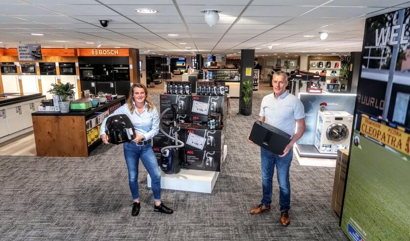 Leonie Vreeswijk is bedrijfsleidster van Superstore Obbink in Doetinchem. Naast haar Jan Witteveen, verkoopleider van de zeven Achterhoekse Obbink-winkels. Foto: Luuk Stam