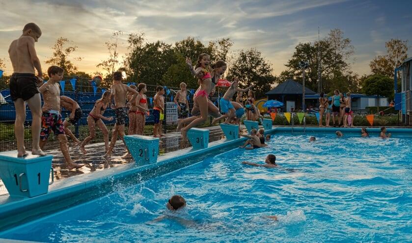 Veel jeugd tijdens het discozwemmen in het Leussinkbad. Foto: AIM Foto