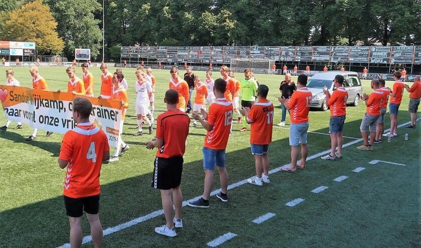 Voorafgegaan door de Longa '30-jeugd Onder 19.1 wordt er een rondgang gemaakt over het hoofdveld van sportpark De Treffer. Foto: Theo Huijskes