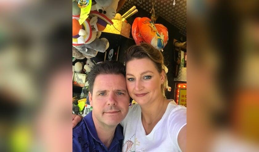 Kermisexploitant Ida Oostenenk met haar man voor hun schiettent. Foto: PR
