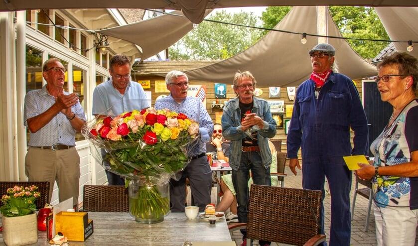 Freek Ligtlee, Hugo Heideman, Henk Wullink, Henk Kelder en Henk Wolters zingen 'lang zal ze leven' voor de jarige Jo Ligtlee. Foto: Liesbeth Spaansen
