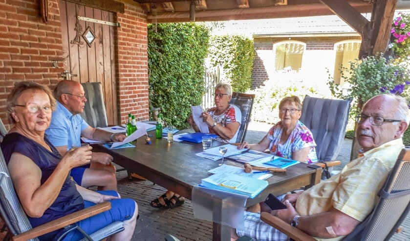 Het bestuur van S.H.S. vergadert vanwege de coronaregels buiten. Foto: Marijke Cornelis