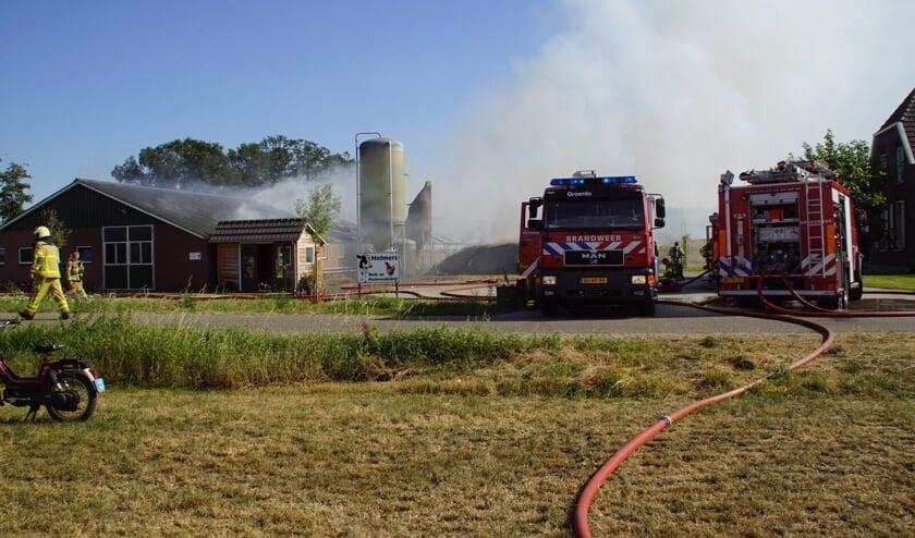 De brandweer is uitgerukt voor een grote brand in een kippenschuur aan de Hemminkweg in Beltrum.