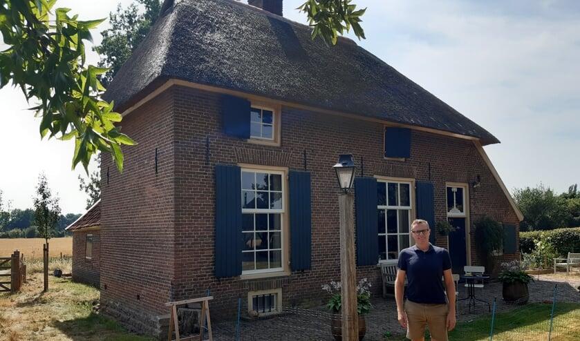 """Wethouder Willem Buunk voor zijn boerderij uit 1843. """"Mensen die hier uit de streek komen, waarderen alle inspanningen van monumenteigenaren. Dit is onze referentie. Hieraan herkennen we onze streek."""" Foto: Ceciel Bremer"""