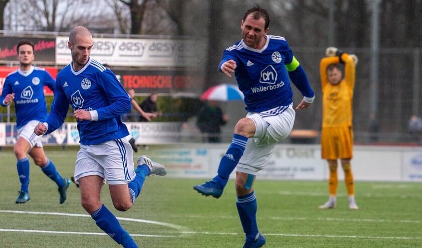 Thomas Porskamp (midden) en aanvoerder Michel Kamphuis in actie tijdens een wedstrijd van Grol 1 afgelopen seizoen.