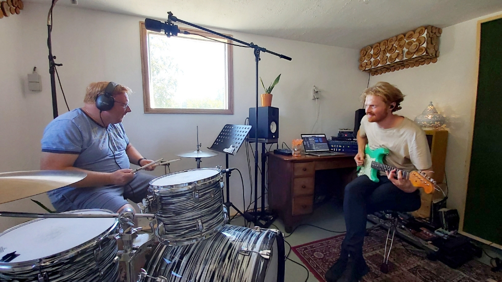 Thijs bezig met een drumleerling bezig (in dit geval onze eigen fotograaf Frank Vinkenvleugel). Foto: Waltraud Wensink   © Achterhoek Nieuws b.v.