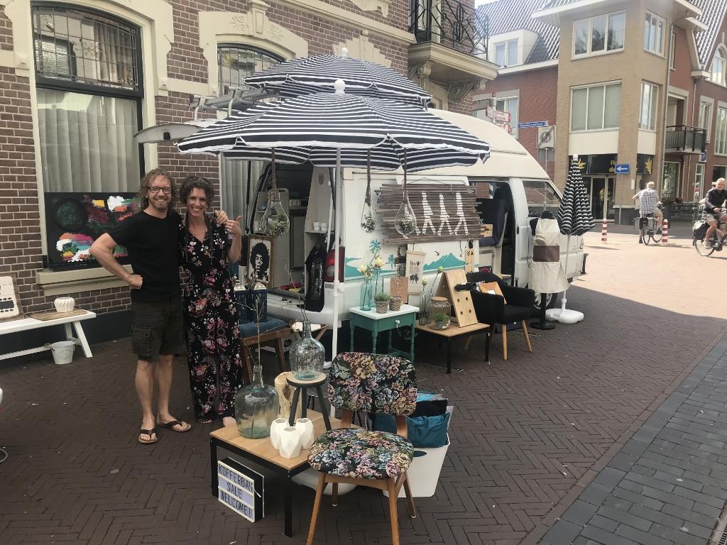Twee gelukkige verkopers die goed zaken deden. Foto: Barbara Pavinati © Achterhoek Nieuws b.v.