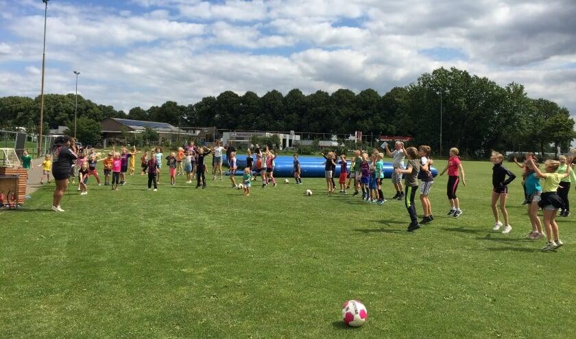 Jongens als de meisjes doen enthousiast mee met voetbalwedstrijdjes en hiphopmoves. Foto: Emmeke Gosselink